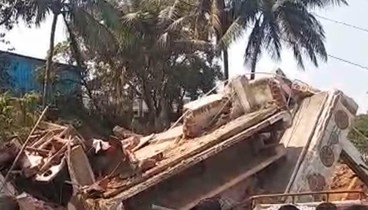 राजधानी म भरभरा के गिर गिस दो मंजिला इमारत, मच गिस हड़कप